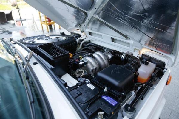 享受7天无理由退换,1年2万公里全车身保修,1年2万公里免费保养,24小时道路救援,终身免费车辆年检,终身享受工时费6折优惠! 纯机械结构的全时四驱系统,前、中、后三个差速器让尼瓦的驱动能力在各种路况下都能得以发挥。同时,尼瓦的高、低速切换和中央差速器锁定也都由机械手柄操控(无论中央差速器是否锁定,低速挡都可以使用),这赋予了它完善的越野性能和极高的可靠性;其他配置: 加热座椅,空调,电动玻璃,电动后视镜,侧饰板,日间行驶灯,斜纹布座椅,转向控制,防盗系统,行车电脑功能的仪表,惯性安全带,ABS等。 富格